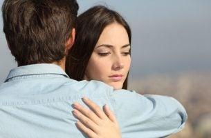Meisje dat halfslachtig met een jongen knuffelt als vorm van indirect taalgebruik