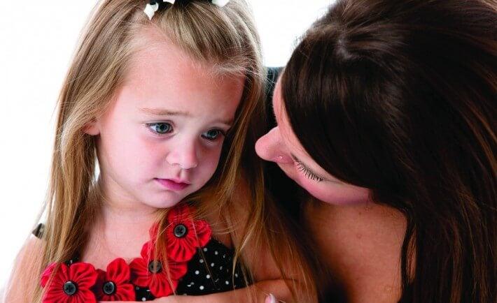 Meisje dat getroost wordt door haar moeder als voorbeeld van depressie bij kinderen