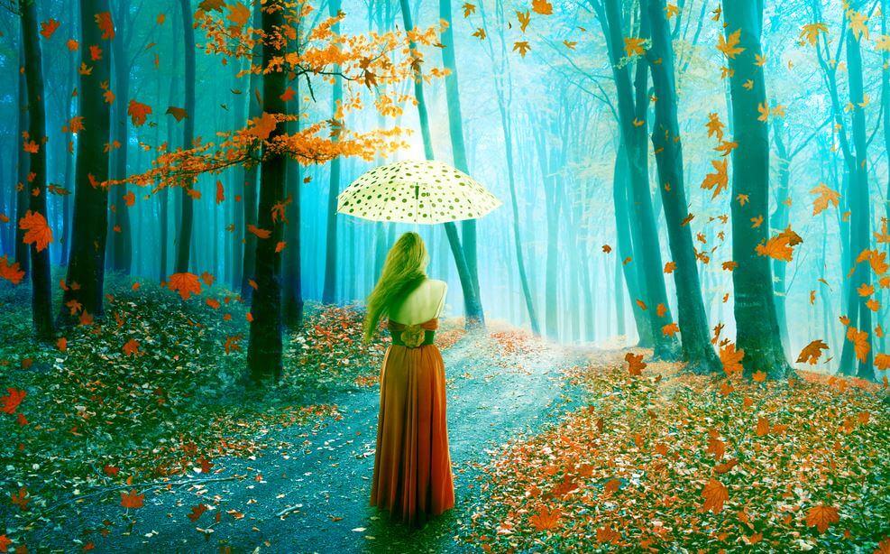 Meisje dat met haar paraplu door het bos loopt en nadenkt over een breuk in haar leven