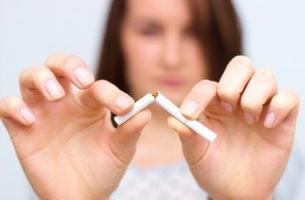 Meisje dat een sigaret breek
