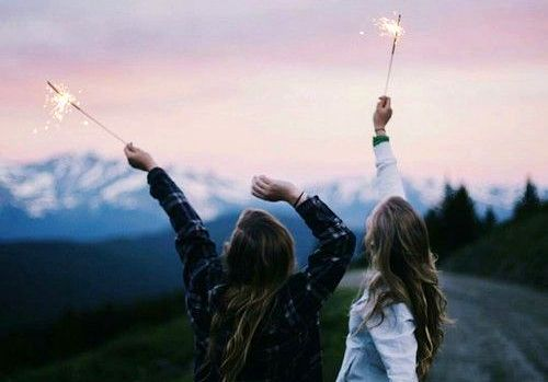 Twee meisjes die ieder een sterretje vasthouden