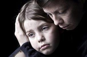 Moeder die haar depressieve dochter troost als voorbeeld van depressie bij kinderen