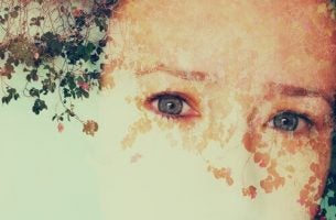 Meisje met blauwe ogen dat last heeft van prosopagnosie