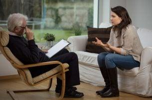 Een vrouw die praat tijdens haar eerste consultatie bij een psycholoog