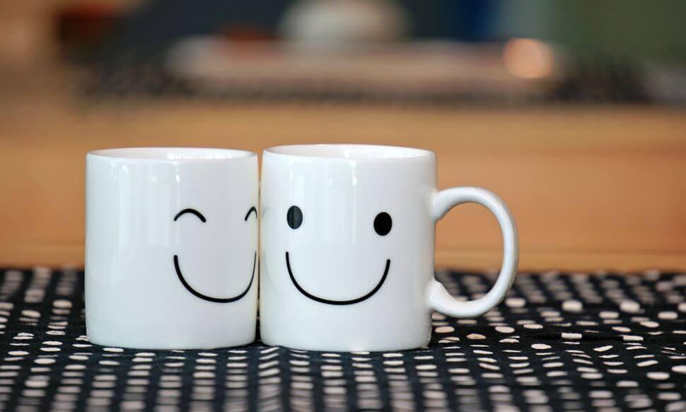 Twee bekers met een smiley erop als voorbeeld van constante vriendschap