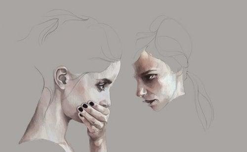 Twee meisjes waarvan er een haar hand voor haar gezicht houdt