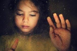 Meisje dat verdrietig is omdat zij slachtoffer is geworden van kindermisbruik