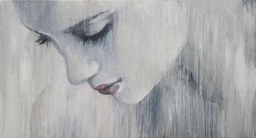 Verdrietige vrouw in de regen, denkt na over moed en leed