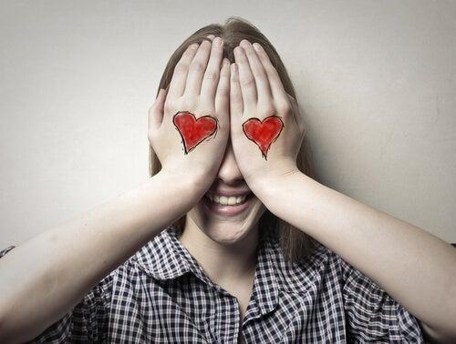 Verliefde vrouw houdt haar handen voor haar ogen