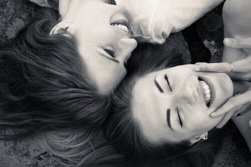 Vriendinnen die samen aan het lachen zijn en het leven leiden met passie.