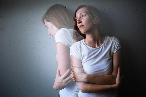 Vrouw met haar armen gekruisd die het liefst uit haar eigen lichaam zou kruipen als gevolg van haar verslaving aan benzodiazepinen