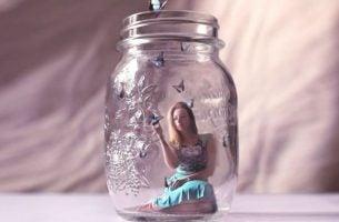 Vrouw voelt zich gevangen in een glazen pot als gevolg van het feit dat haar depressie 's ochtends erger is