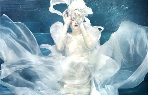 Vrouw in het water als voorbeeld van hooggevoelige mensen.