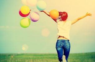 Vrouw met ballonnen die weet wat geluk is