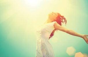 Vrouw die met passie van het leven geniet.
