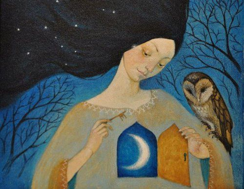 Vrouw met een uil op haar arm en een deurtje in haar borst waarachter een maan te zien is