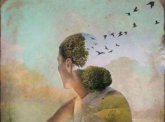 Vrouw wiens lichaam overgaat in bomen en vogels