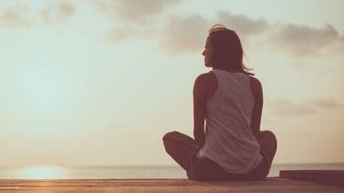 Vrouw rust uit aan de zee