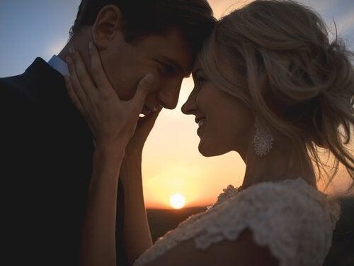 Twee mensen die net met elkaar zijn getrouwd want liefde is meer dan wat dan ook