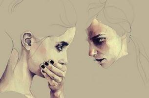 Twee gezichten van twee meisjes waarvan er een haar hand voor haar mond houdt omdat ze een leugen heeft verteld