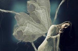 Vrouw met vleugels die last heeft van eenzaamheid en angst