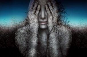 Vrouw die haar handen voor haar ogen houdt omdat ze de waarheid niet onder ogen wilt komen als voorbeeld van zelfbedrog