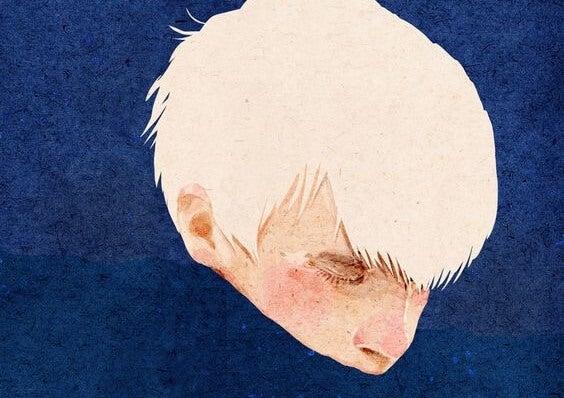 Jongen met heel blond haar die zijn mond verstopt