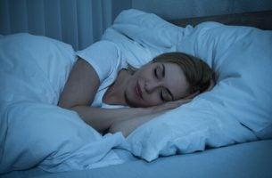 Vrouw die rekening houdt met haar slaaphygiëne voor een betere nachtrust