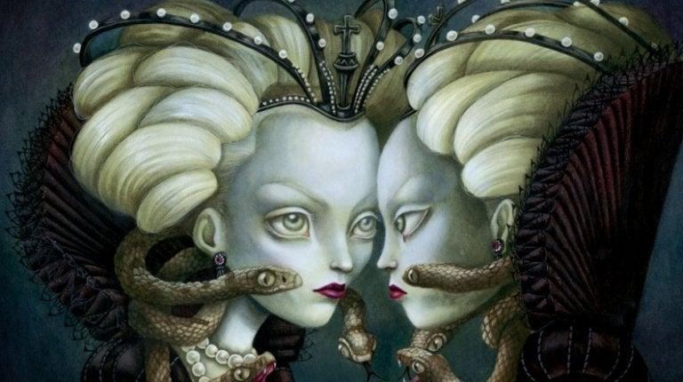 Boze koningin die naar zichzelf kijkt in de spiegel