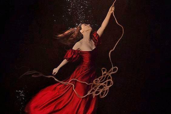 Vrouw die zichzelf door een touw omhoog laat trekken