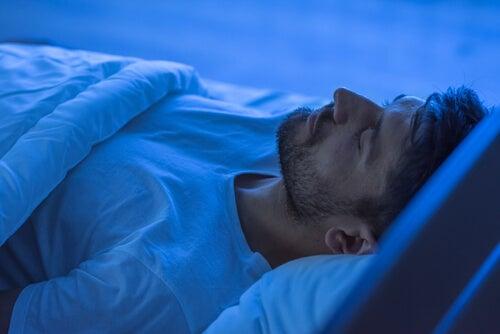 Man die dankzij een goede slaaphygiëne lekker ligt te slapen
