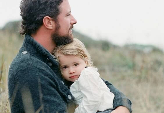Vader die dochter vasthoudt
