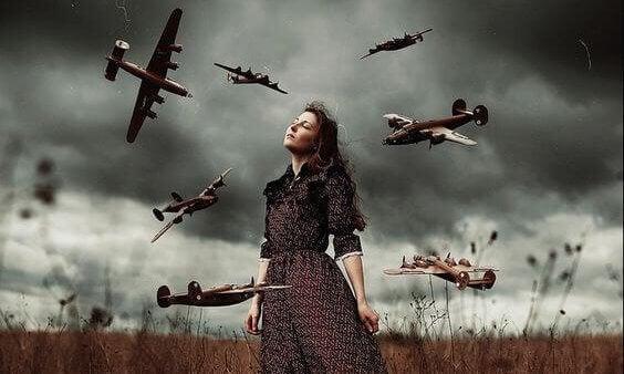 Meisje dat tussen allemaal oorlogsvliegtuigen staat