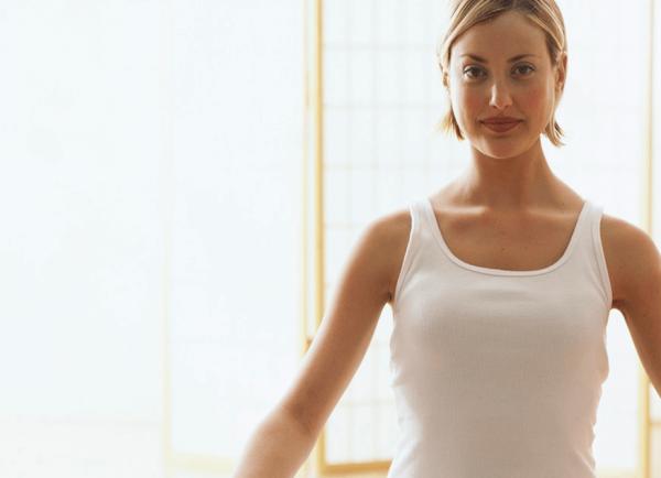 Vrouw die 's ochtends mediteert, want hoe we de dag beginnen is hoe de dag zal gaan