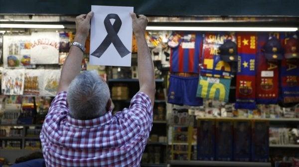 Man hangt gedenkteken op marktkraam