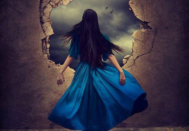 Vrouw in een blauwe jurk die naar een open gat staart