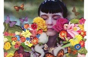 Vrouw geniet van de bloemen en vlinders, en heeft ontdekt dat soms de mooie dingen naar je toe komen wanneer je stopt met zoeken
