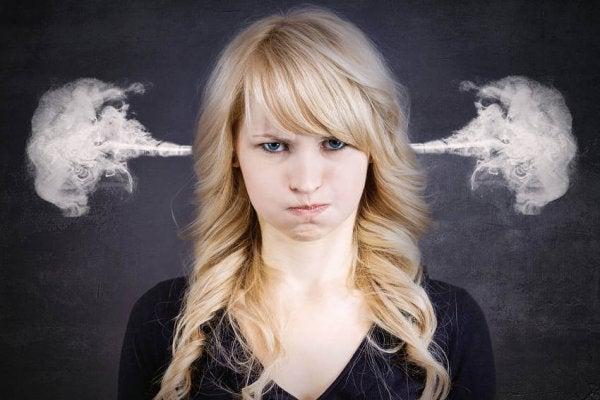Boze vrouw voor wie negatieve emoties uiten moeilijk is, waardoor ze uiteindelijk ontploft