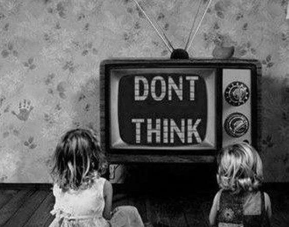 Brave meisjes die stilletjes naar de tv zitten te staren