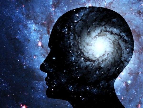 Hoofd van een man waarin het heelal te zien is want je geest trainen, verruimt je geest