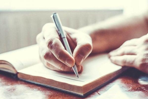 Een dagboek bijhouden kan behulpzaam zijn om depressie te verslaan