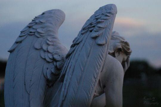 Standbeeld van een engel die verdrietig is, als symbool voor depressie