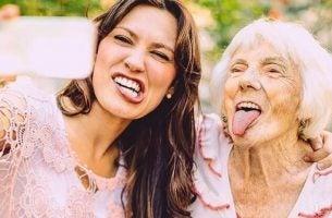 Een vrouw en een oma die gekke bekken trekken want soms kan jezelf in andermans schoenen plaatsen helpen