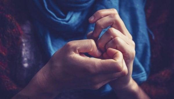 Vrouw die aan haar vingers zit te frunniken omdat ze een van die mensen met angstgevoelens is
