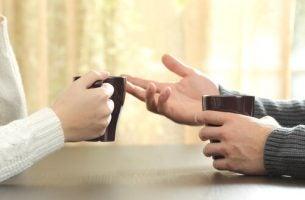 De handen van twee mensen die een gesprek voeren dat vol zit met schijnbaar onschuldige opmerkingen