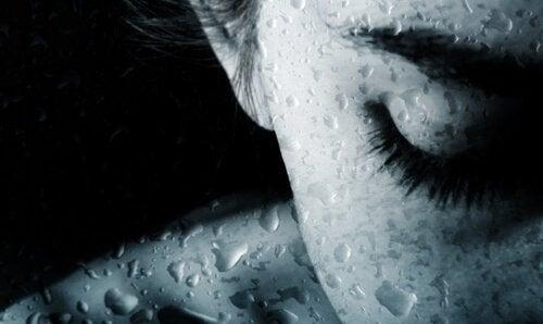 Huilende vrouw die niet in staat is om te leven in het nu