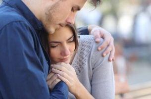 Jongen die een meisje emotionele steun biedt