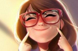 Vrouw die een hele brede glimlach opzet want humor maakt gelukkig