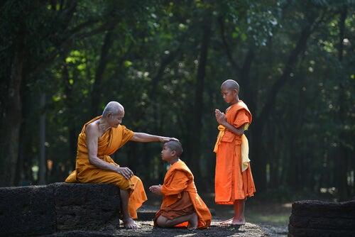 Jonge boeddhistische monniken die leren om te leven in het nu