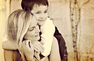 Jongen die zijn moeder knuffelt, waardoor zijn moeder denkt: mijn zoon is zorgzaam
